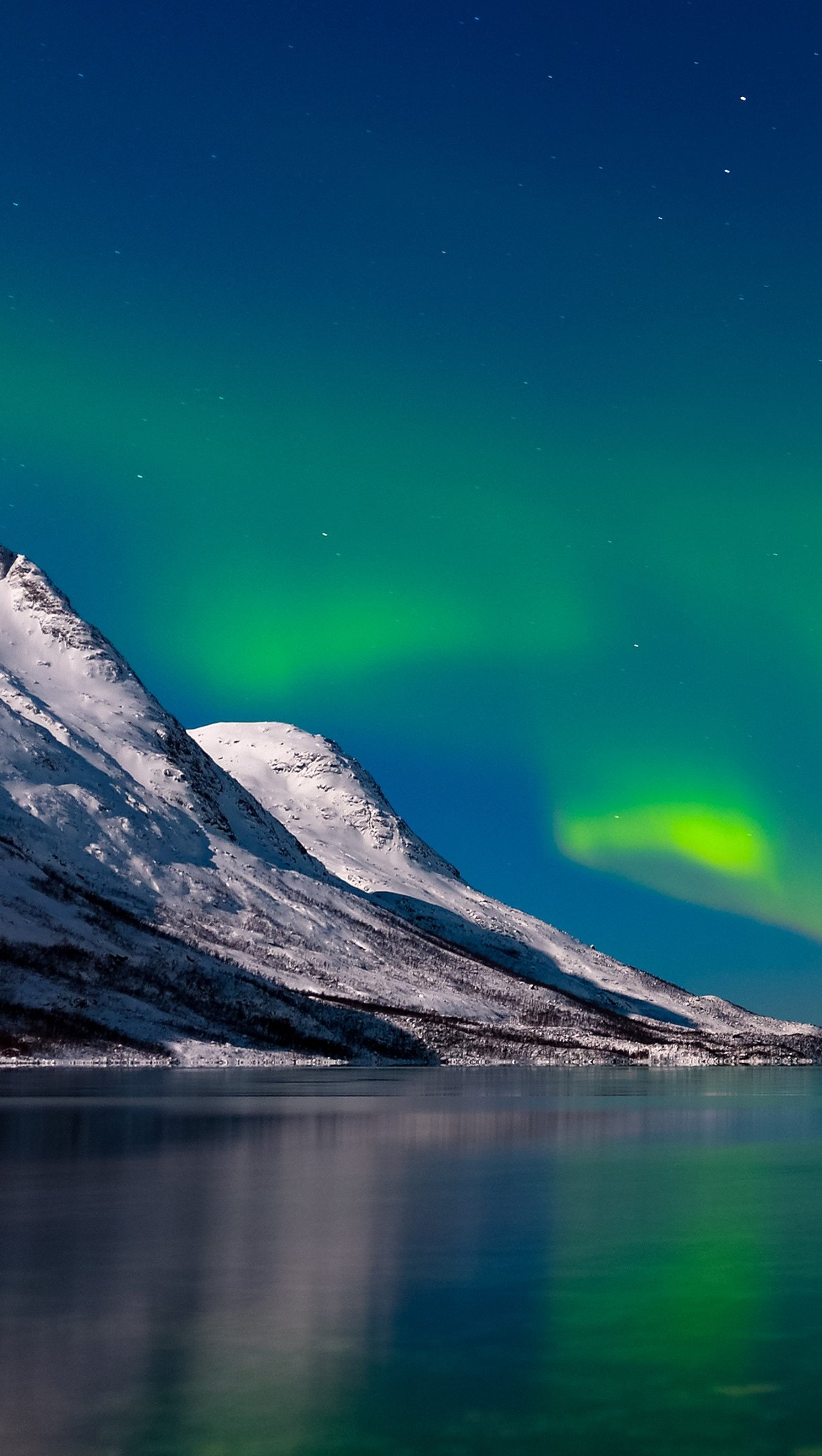 Wallpaper Aurora Borealis in lake and mountains Vertical