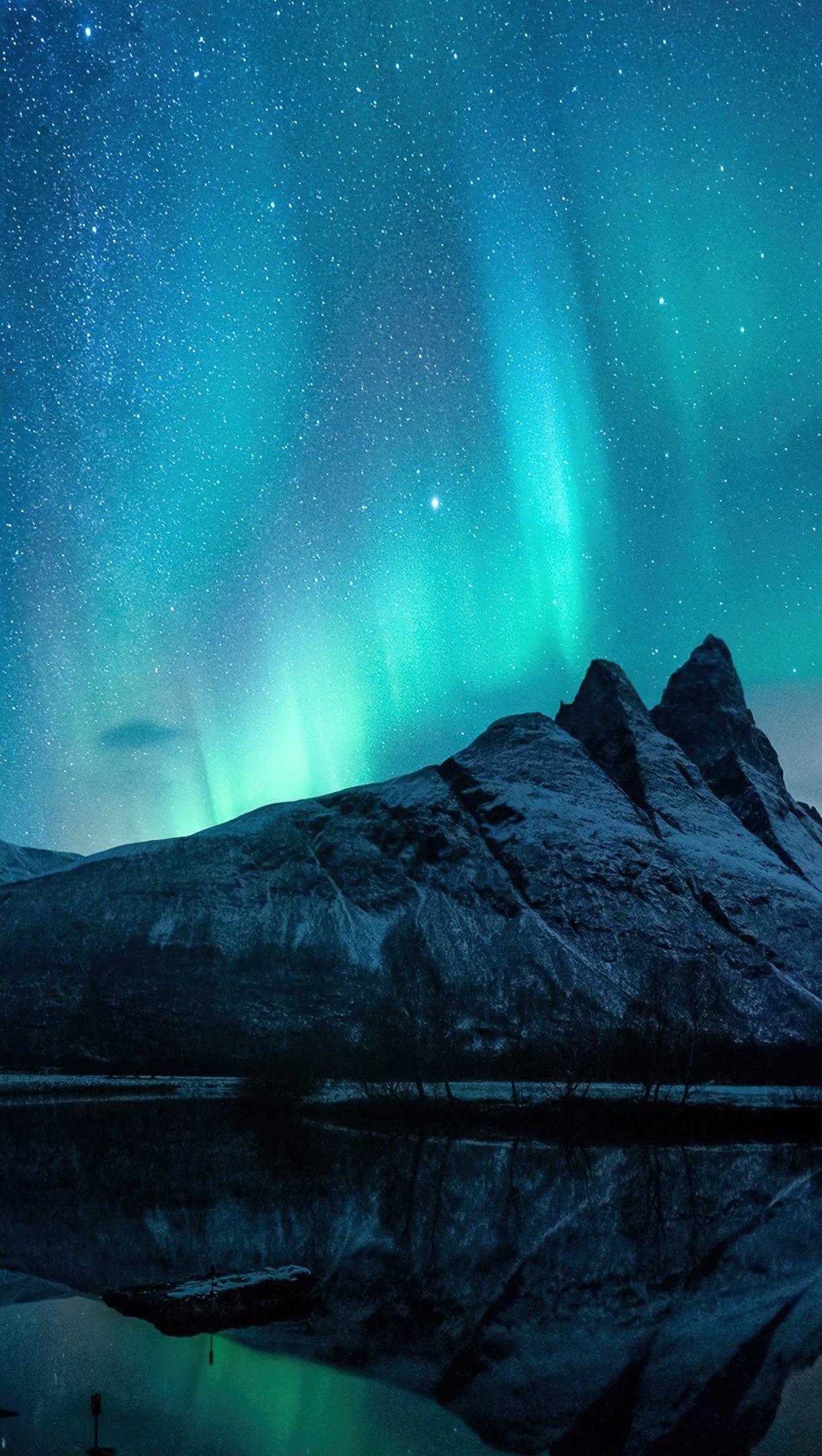 Wallpaper Aurora Borealis in the mountains Vertical