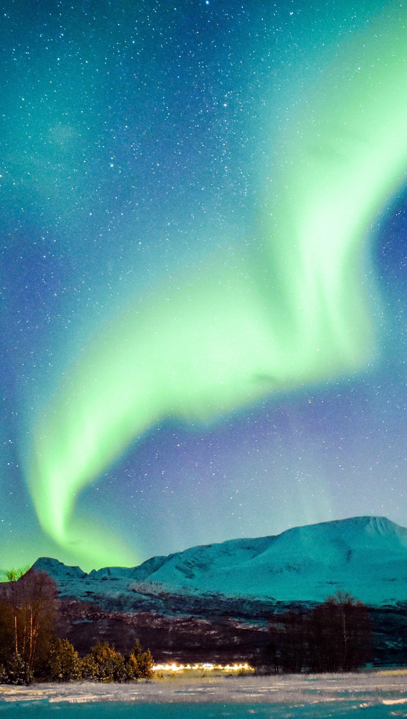Fondos de pantalla Aurora polar en montañas Vertical