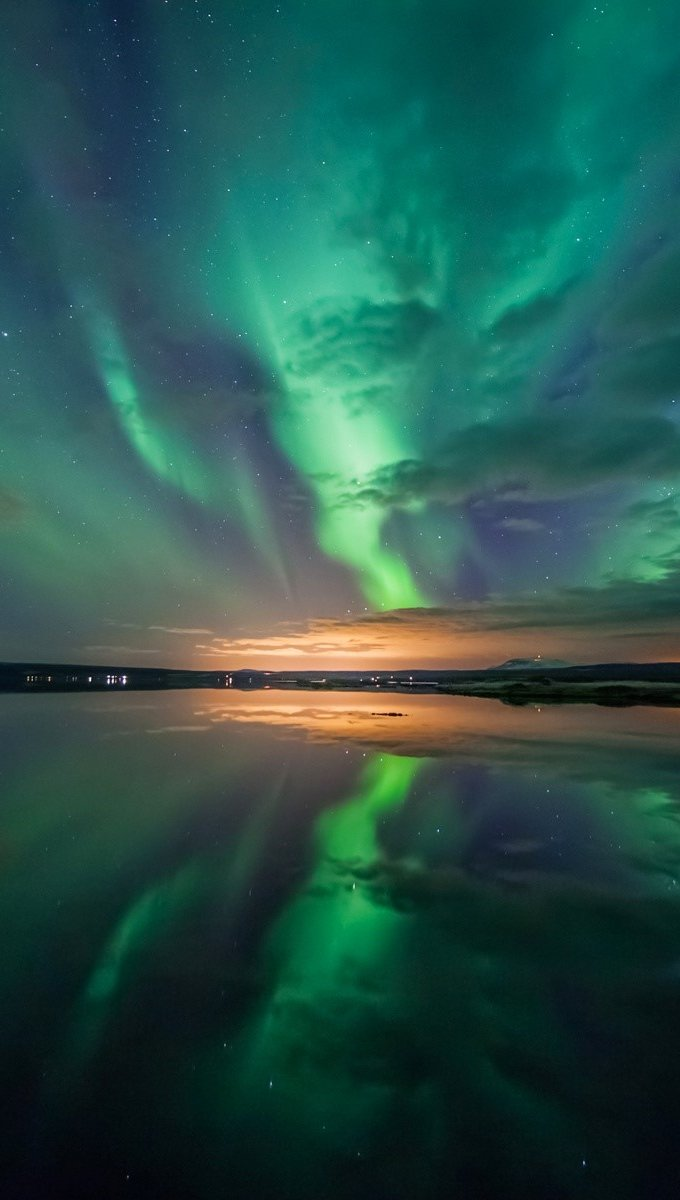 Wallpaper Aurora on a lake Vertical
