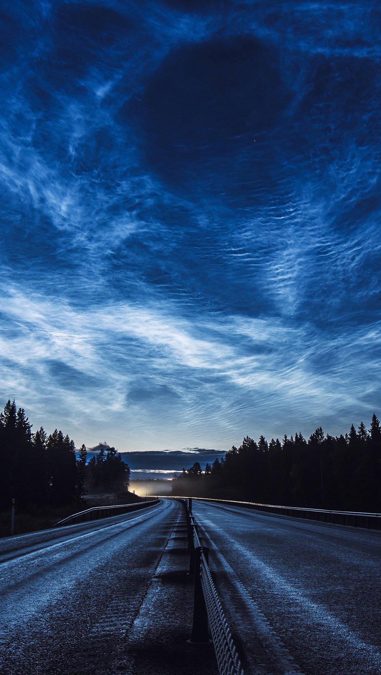 Fondos de pantalla Carretera de anochecer nubes y bosque Vertical