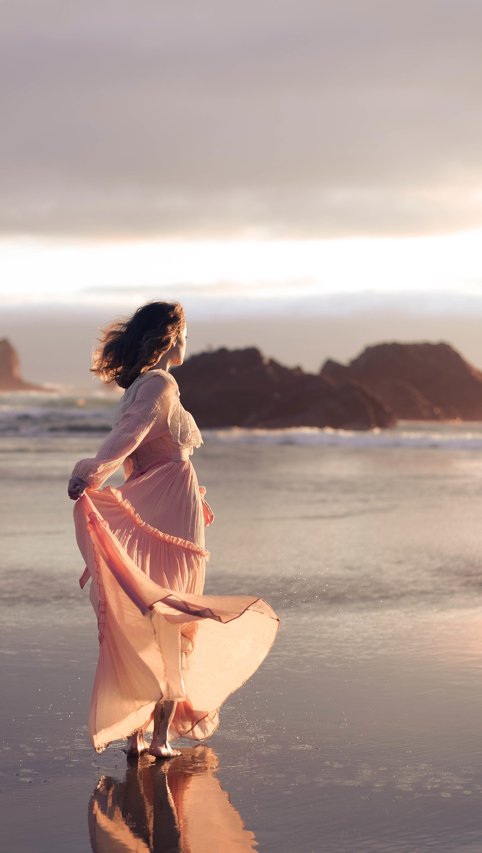 Fondos de pantalla Chica con vestido en la playa Vertical