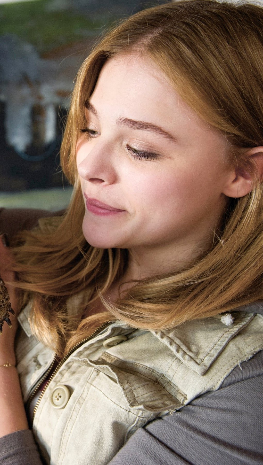 Wallpaper Chloe Moretz with a turtle Vertical
