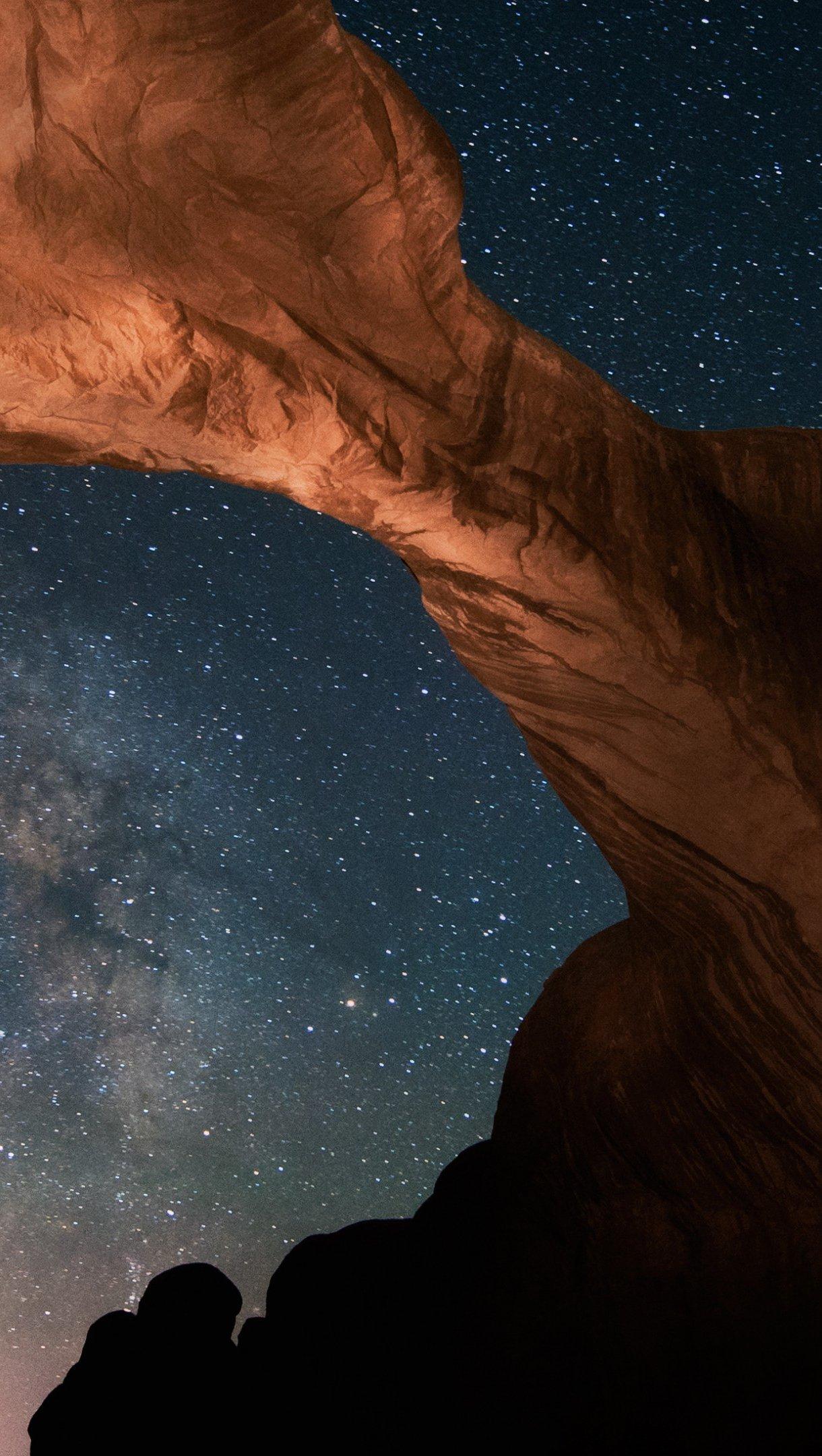 Fondos de pantalla Cielo nocturno con estrellas entre montañas Vertical