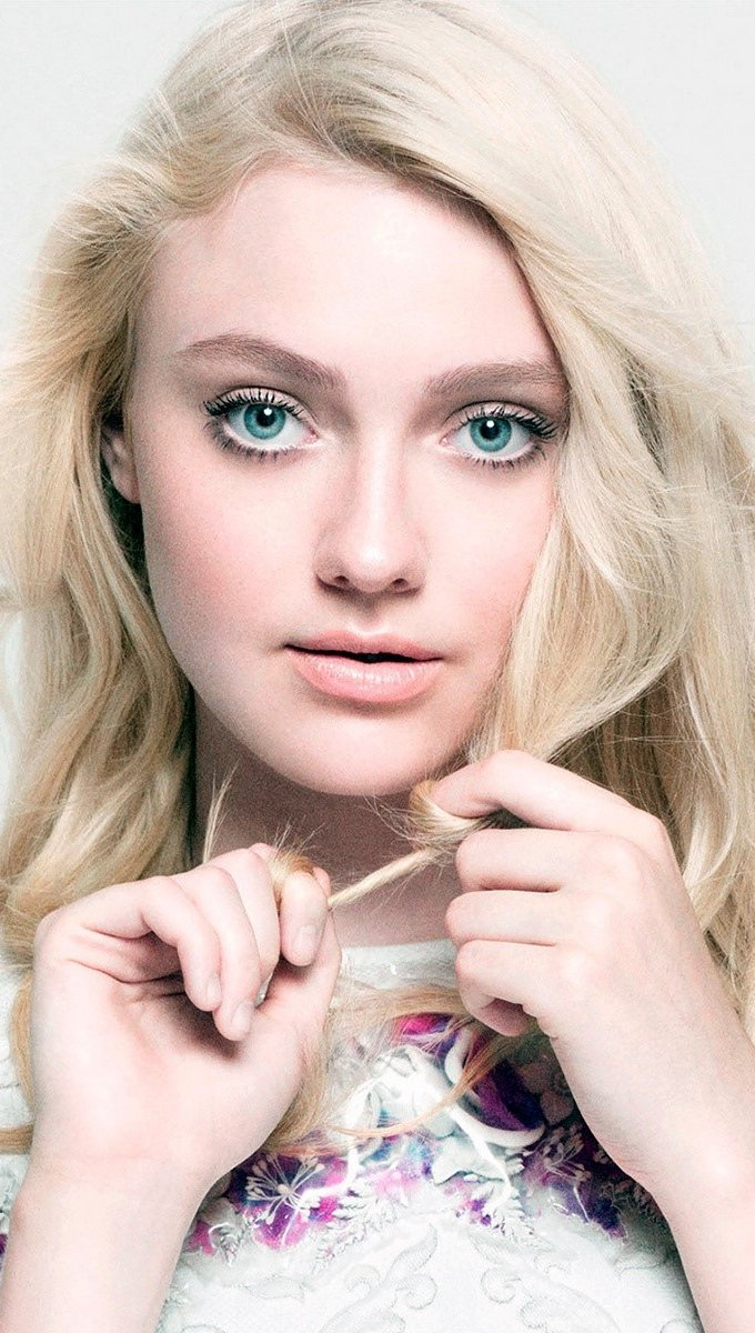 Wallpaper Dakota Fanning with a lock in her hands Vertical