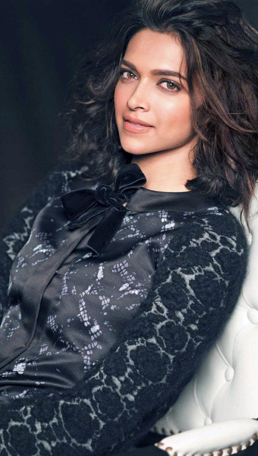Fondos de pantalla Deepika Padukone en una silla Vertical