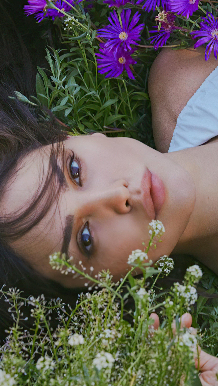Fondos de pantalla Eiza Gonzalez con flores Vertical
