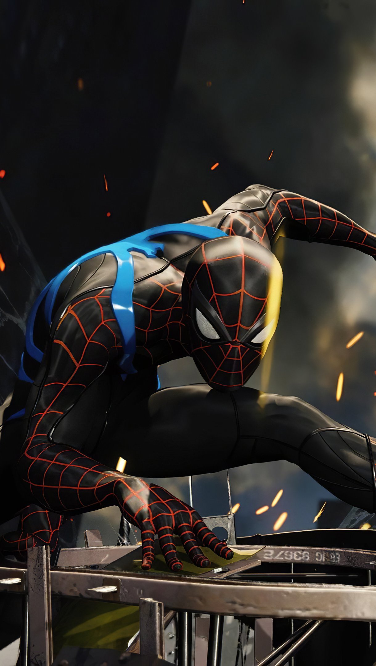 Fondos de pantalla El hombre araña con traje negro y azul Vertical