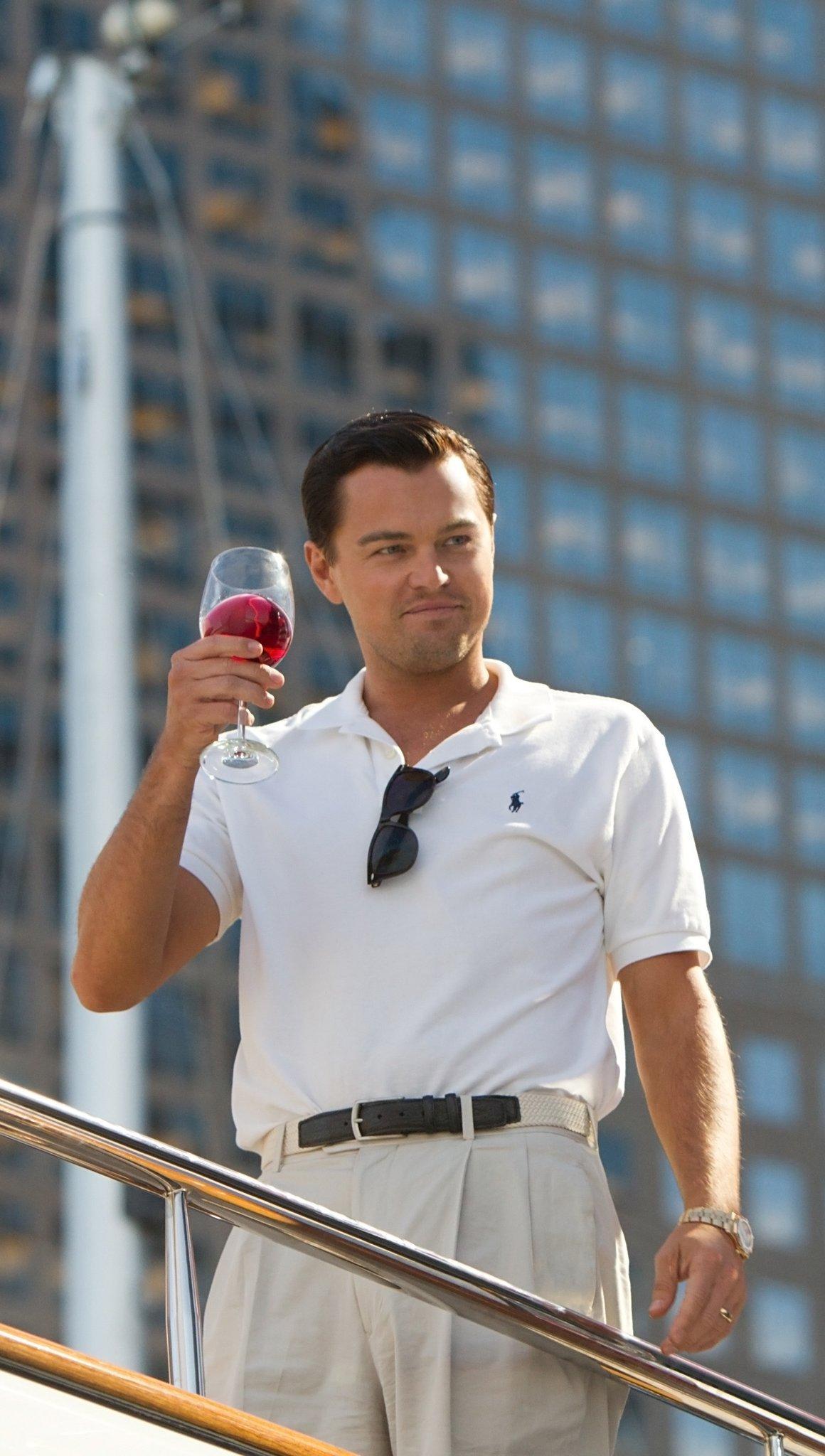 Fondos de pantalla El lobo de Wall Street con una copa de vino Vertical
