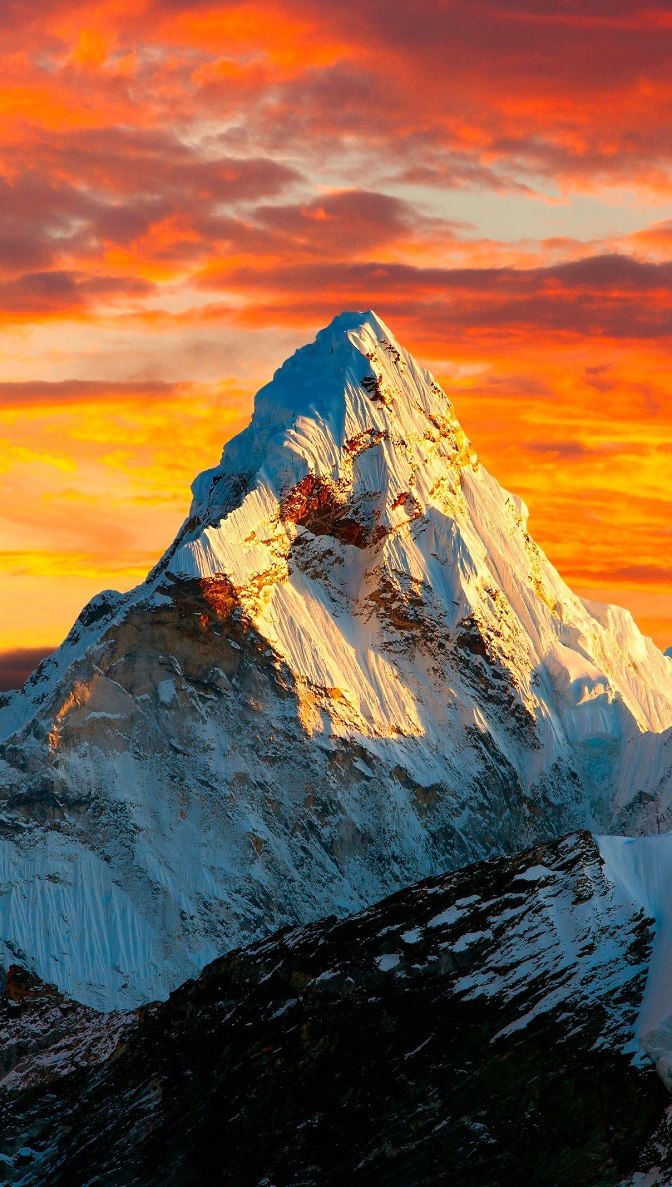Fondos de pantalla El tope de las montañas del Himalaya al atardecer Vertical