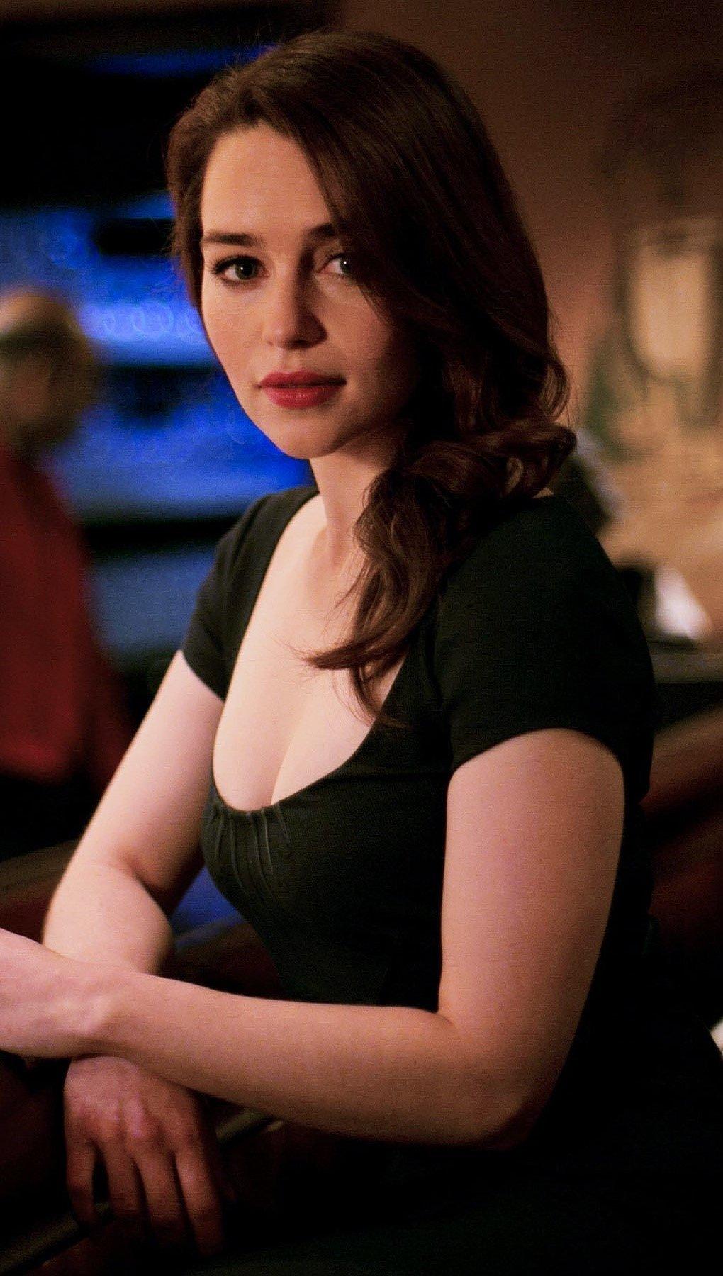 Wallpaper Emilia Clarke in a bar Vertical