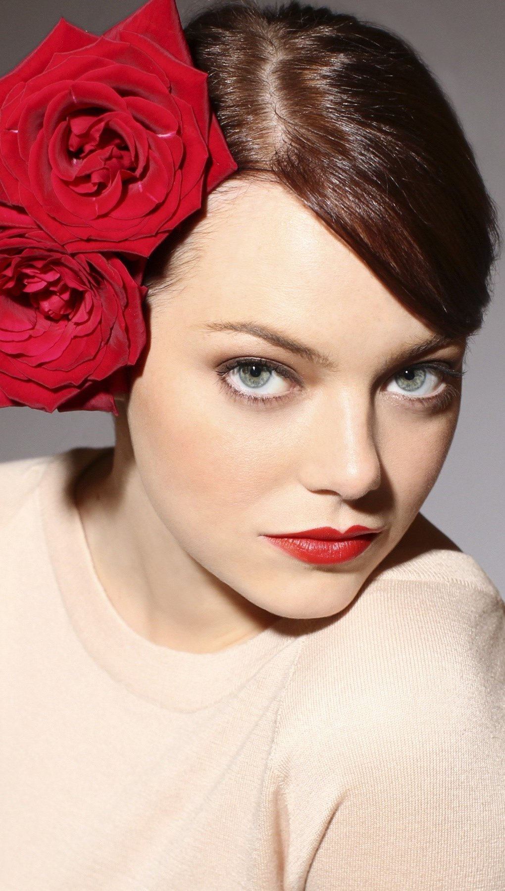 Wallpaper Emma Stone with a headdress of roses Vertical