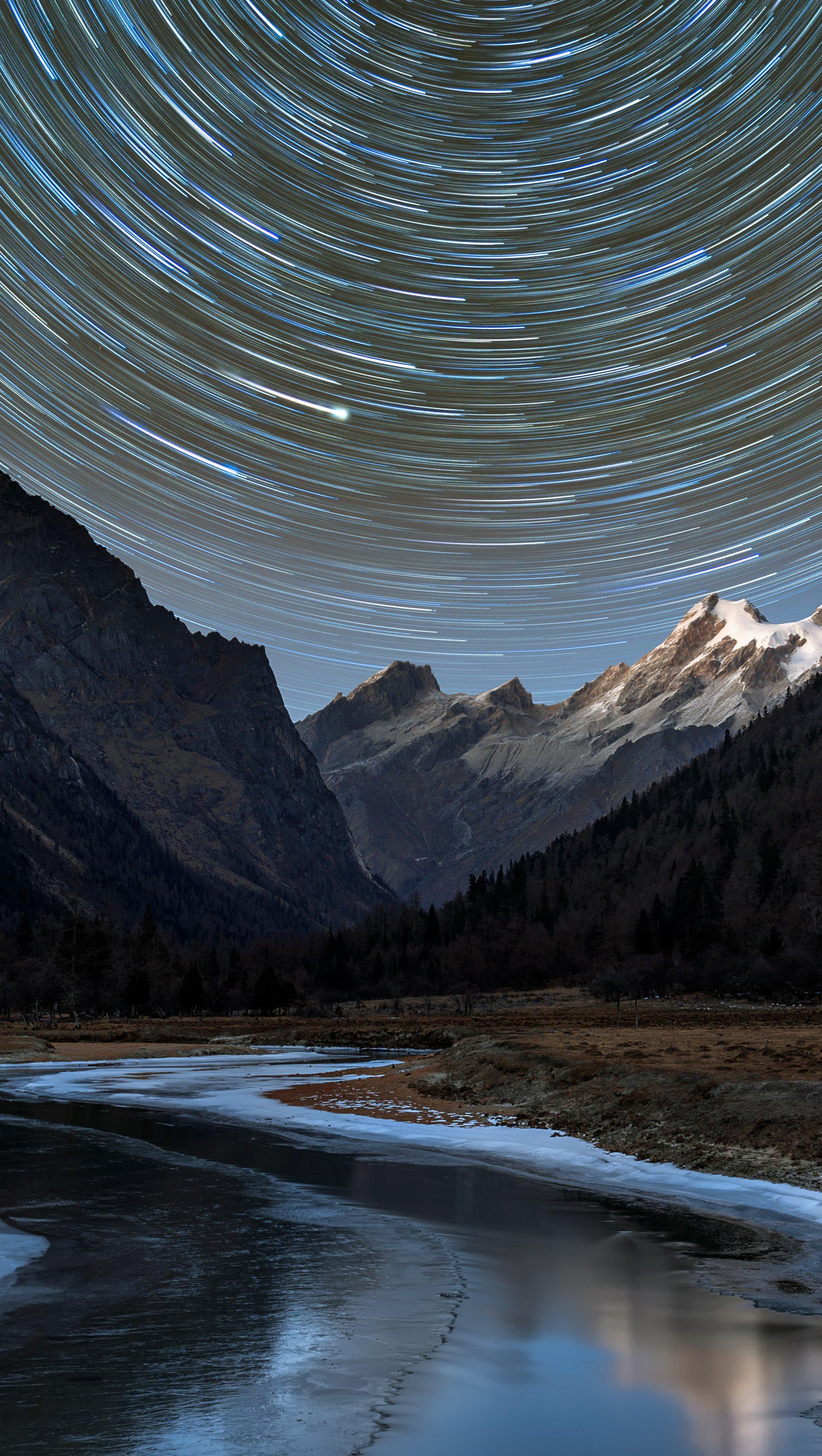 Fondos de pantalla Estrellas en remolino en paisaje montañoso Vertical