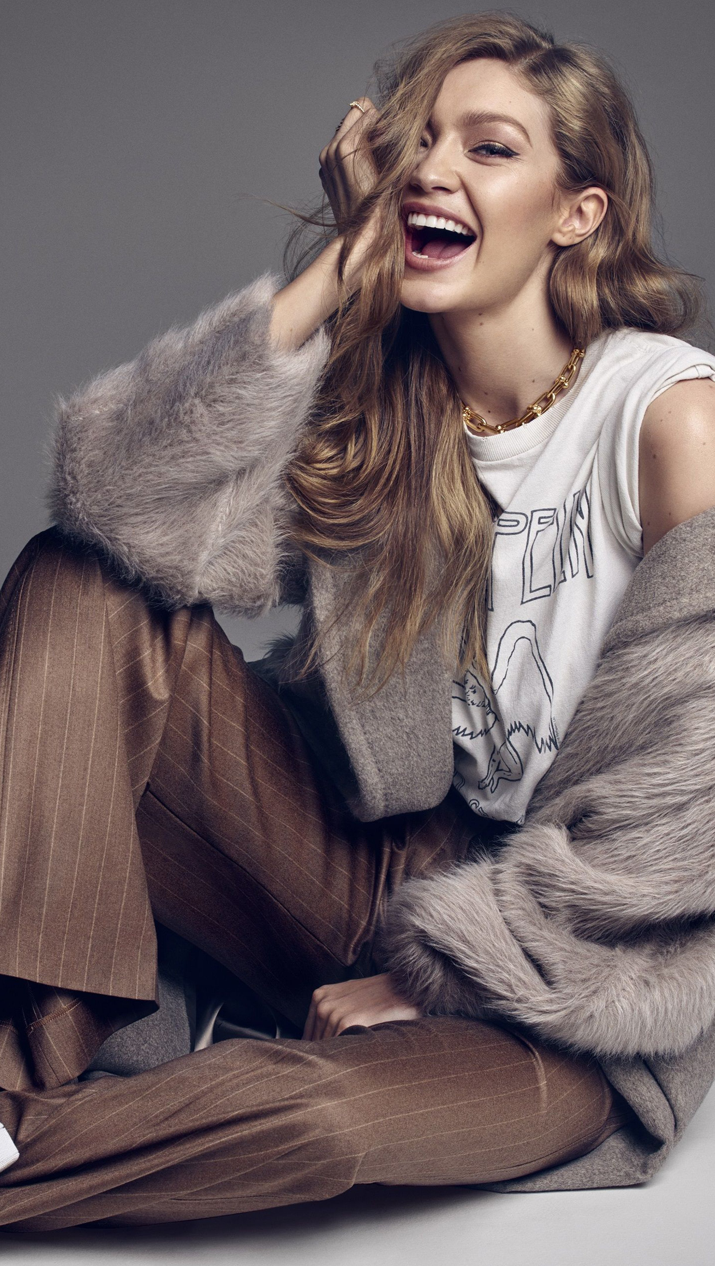 Fondos de pantalla Gigi Hadid sonriendo en sesión de fotos Vertical
