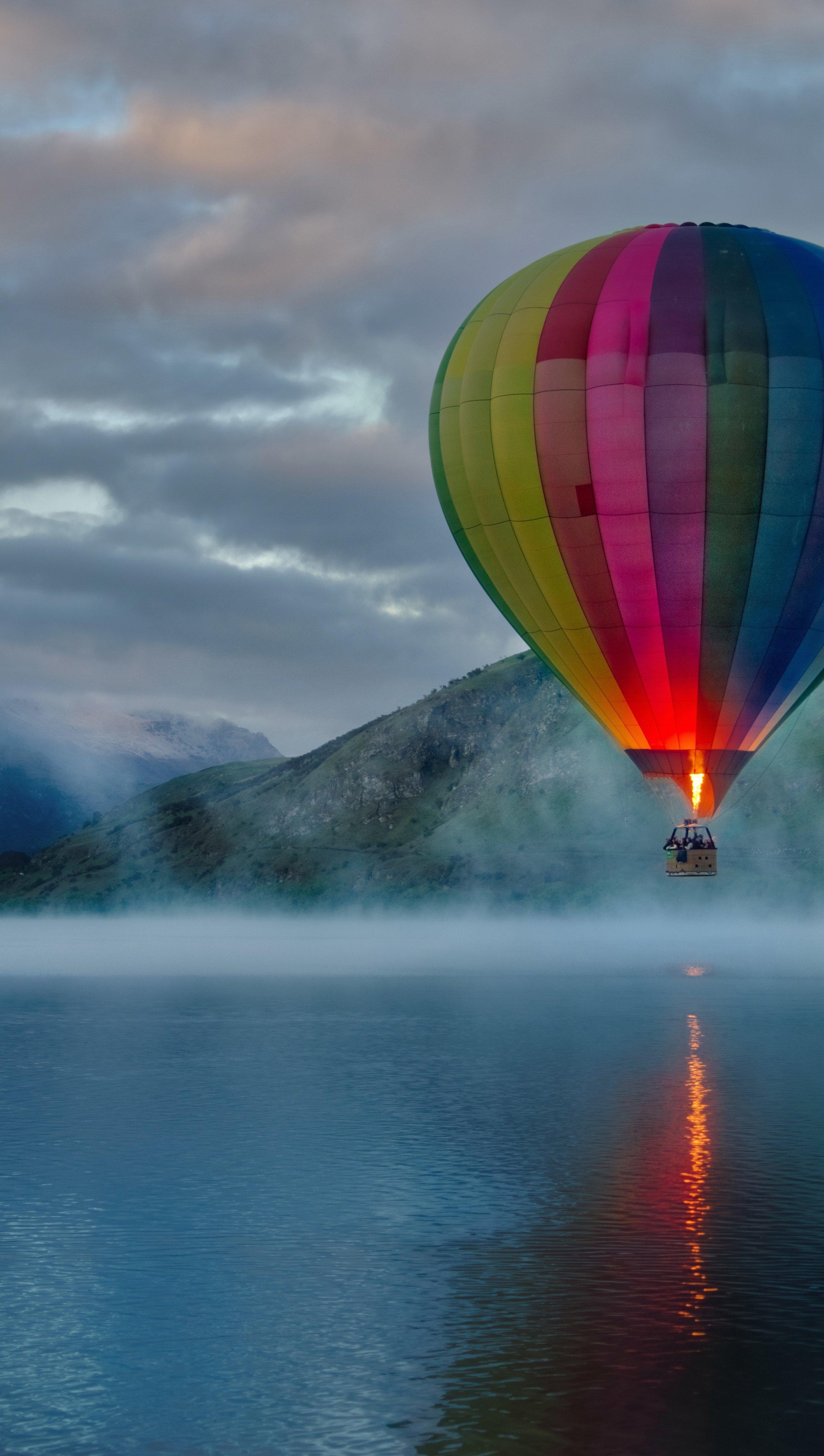 Fondos de pantalla Globo aerostático en lago con montañas Vertical