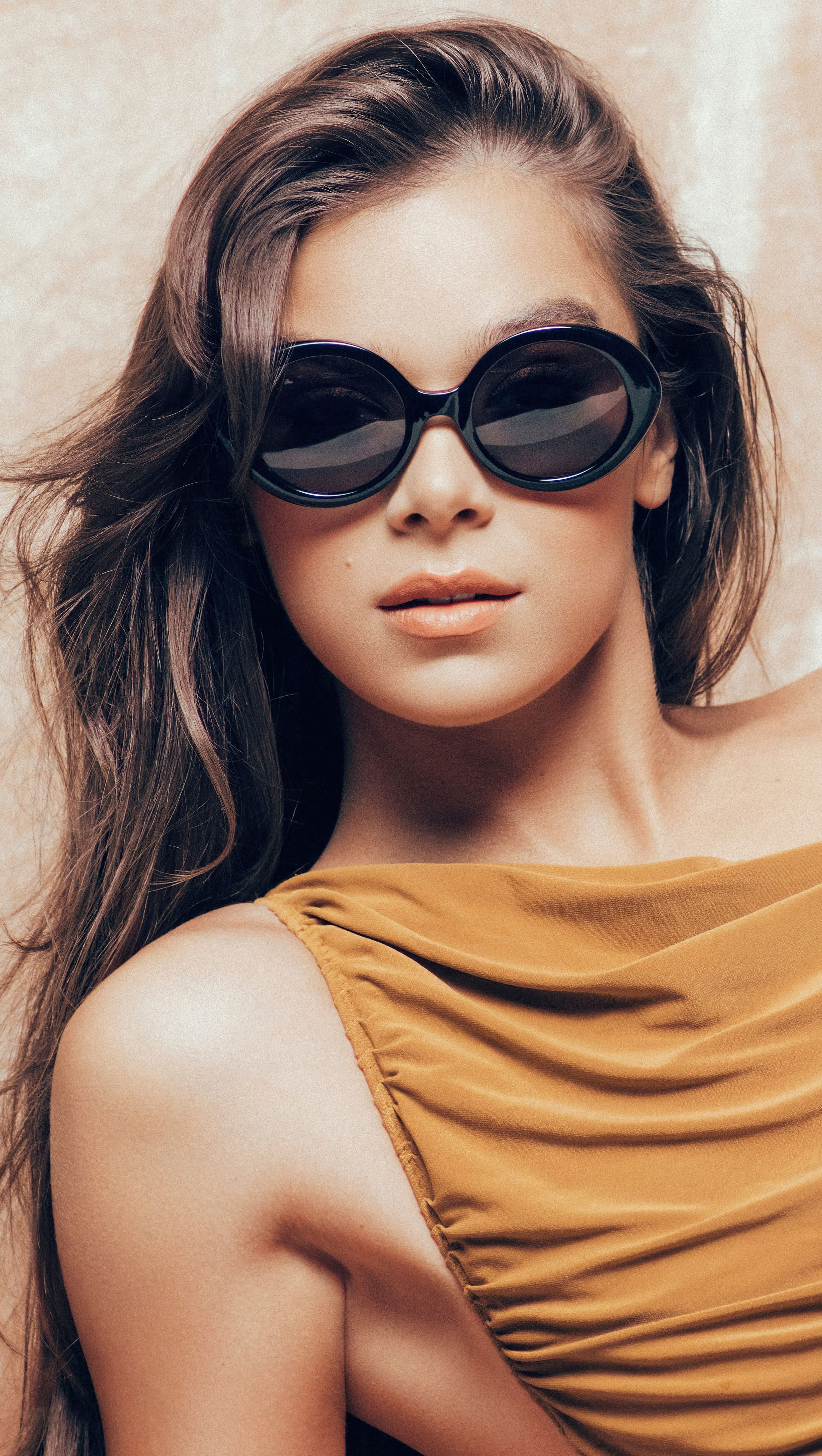 Wallpaper Hailee Steinfeld with sunglasses Vertical