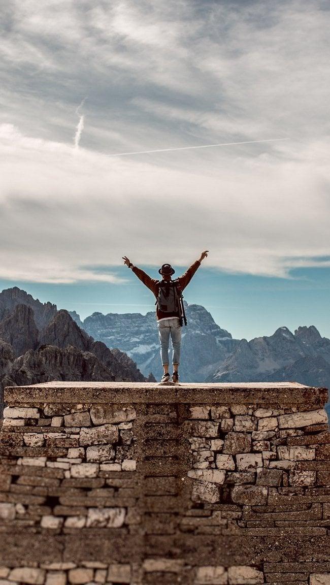 Fondos de pantalla Hombre arriba de montaña Vertical