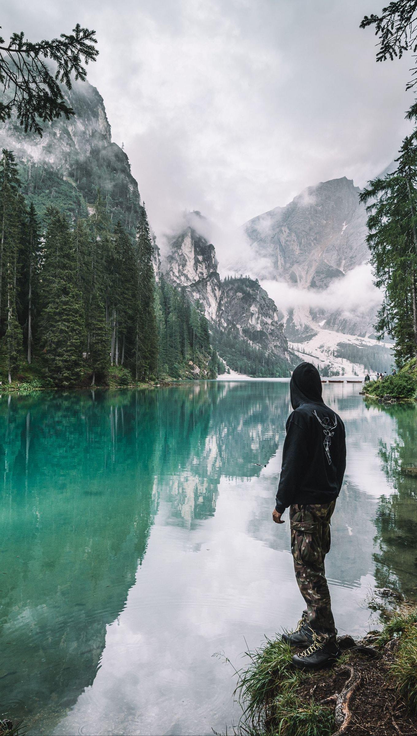 Fondos de pantalla Hombre frente a lago en el bosque Vertical