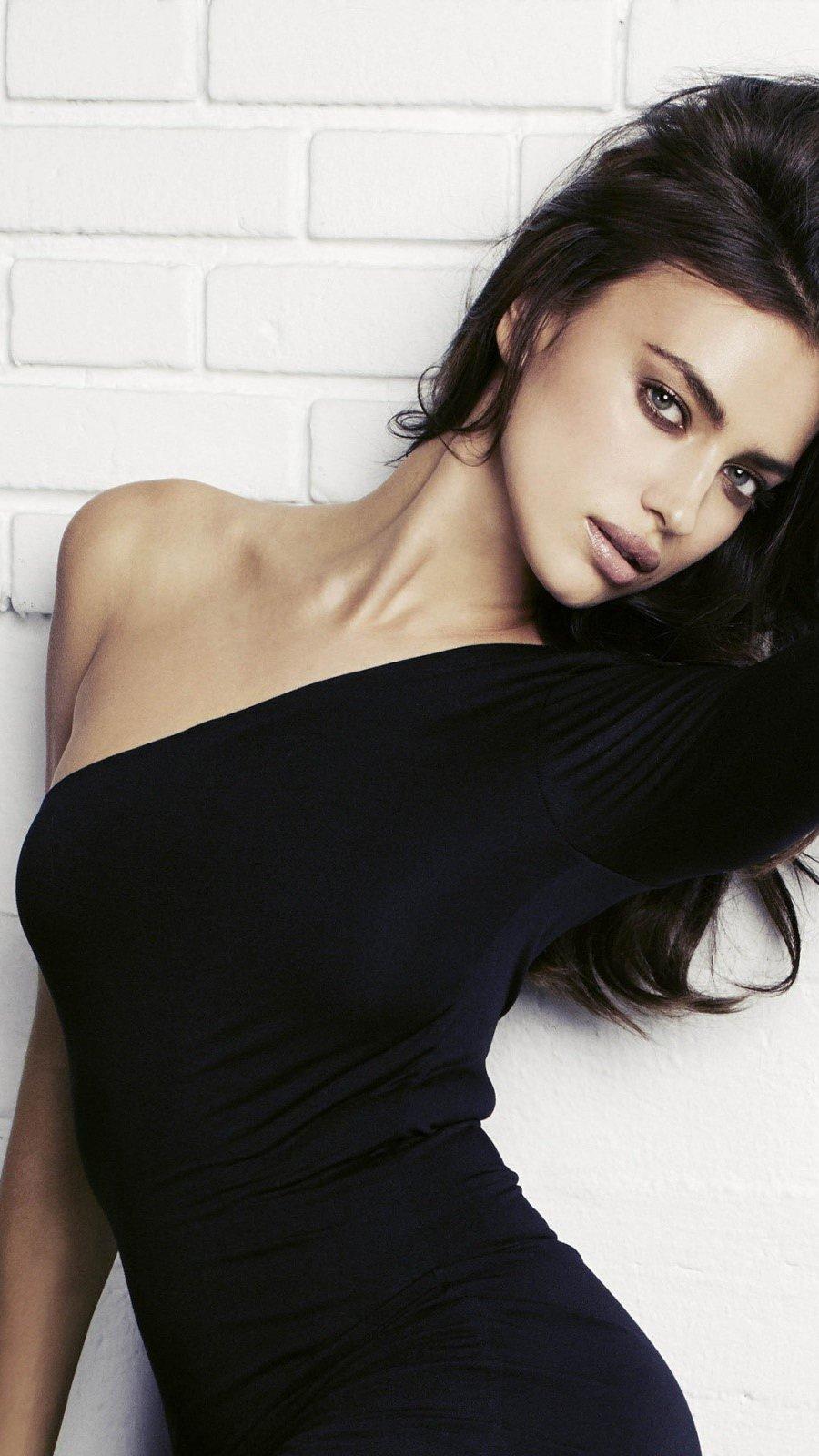 Fondos de pantalla Irina Shayk en vestido negro Vertical