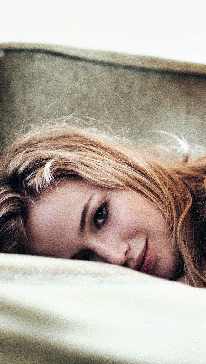Fondos de pantalla Jennifer Lawrence en una cama Vertical