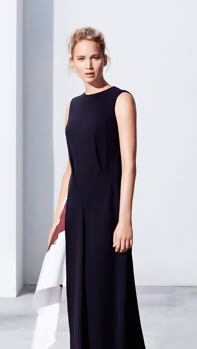 Fondos de pantalla Jennifer Lawrene con un vestido negro Vertical