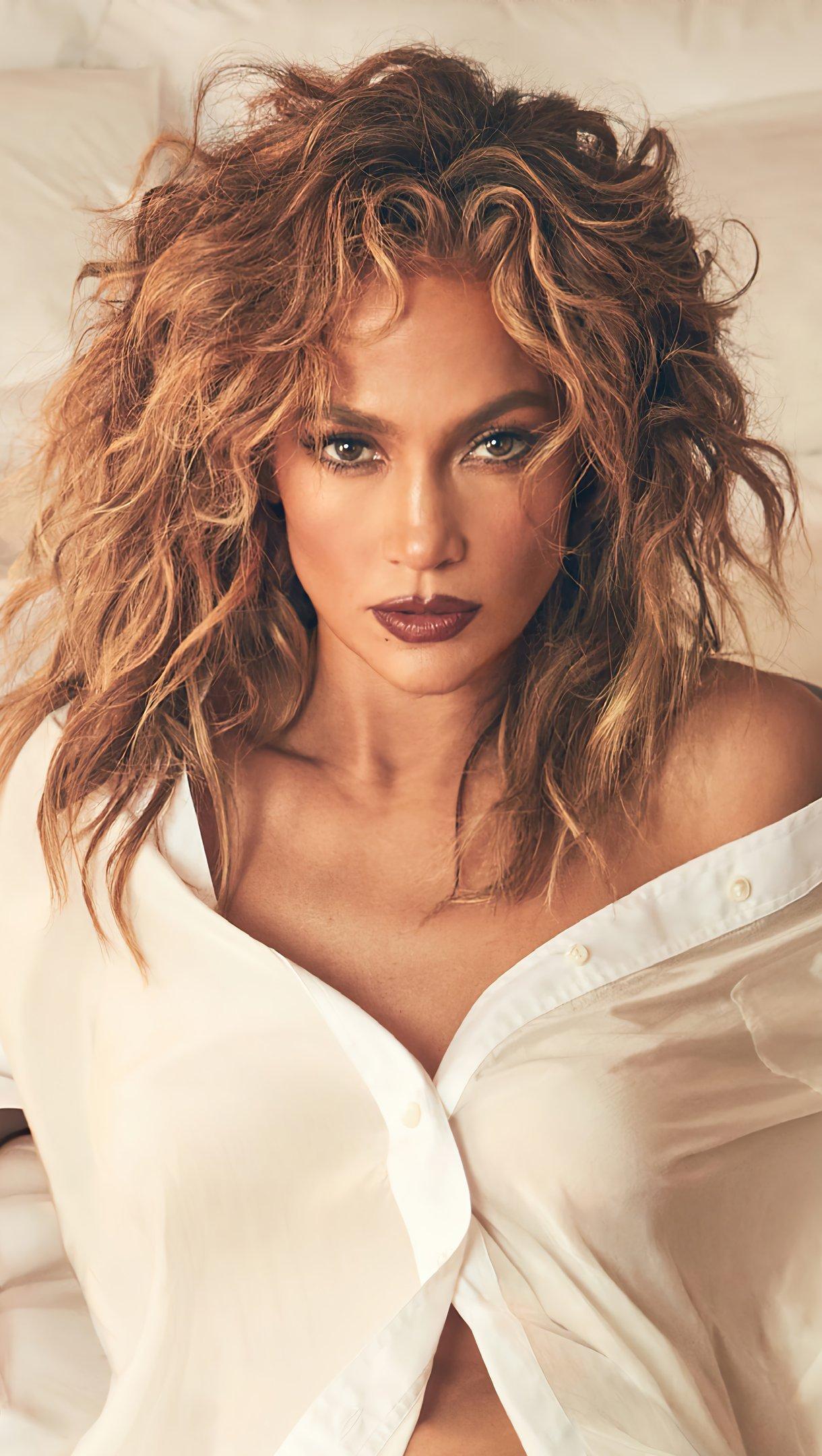 Wallpaper Jennifer Lopez in bed Vertical