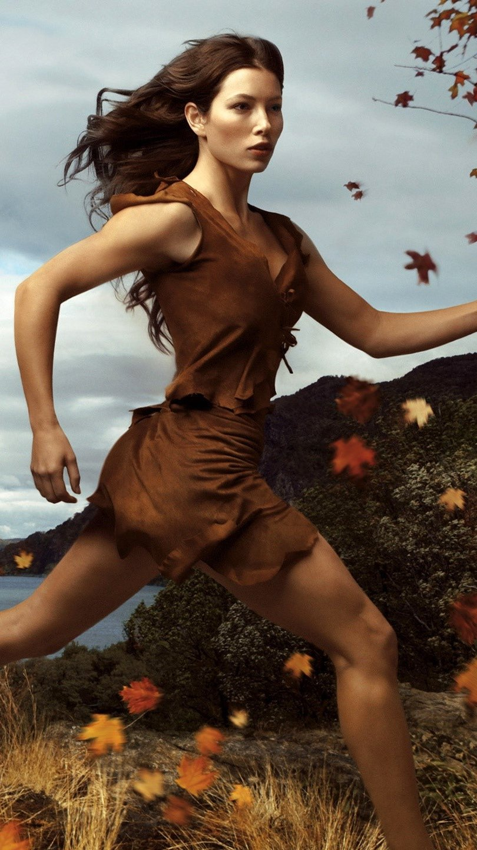 Fondos de pantalla Jessica Biel corriendo en el bosque Vertical