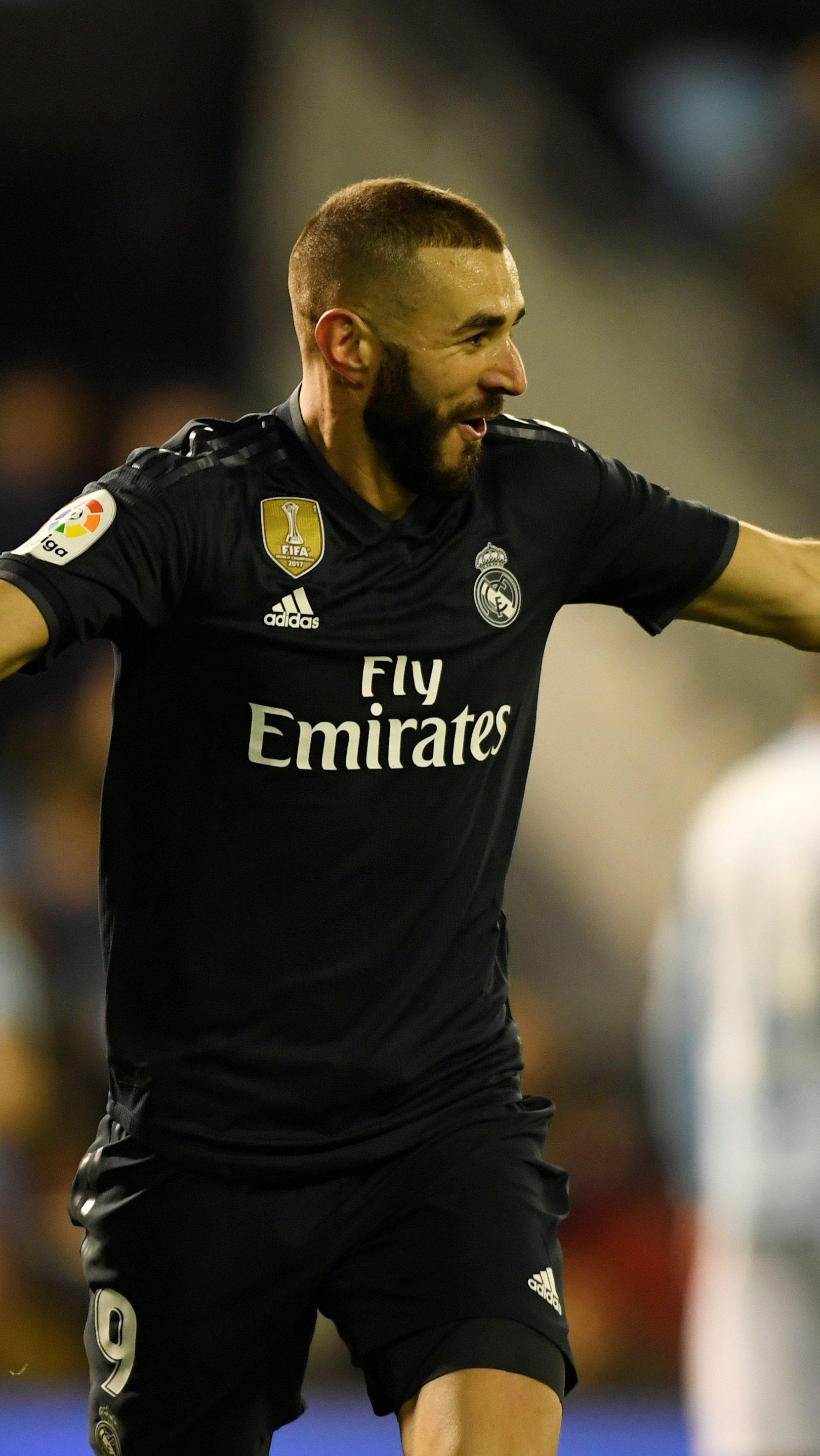 Wallpaper Karim Benzema with black Real Madrid jersey Vertical