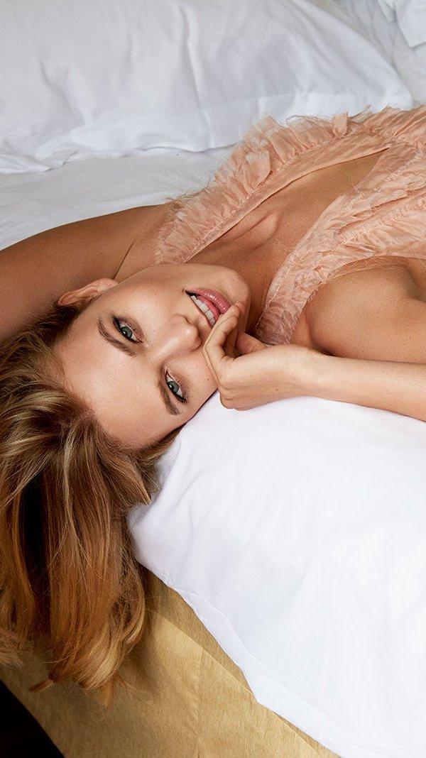 Wallpaper Karlie Kloss in a bed Vertical