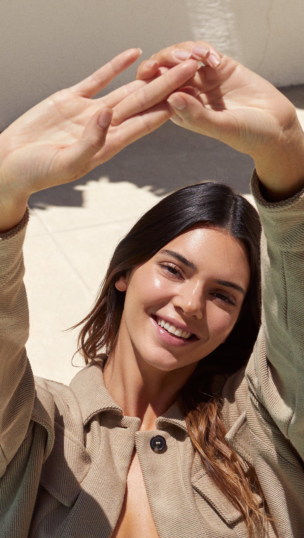 Wallpaper Kendall Jenner sonriendo al sol Vertical