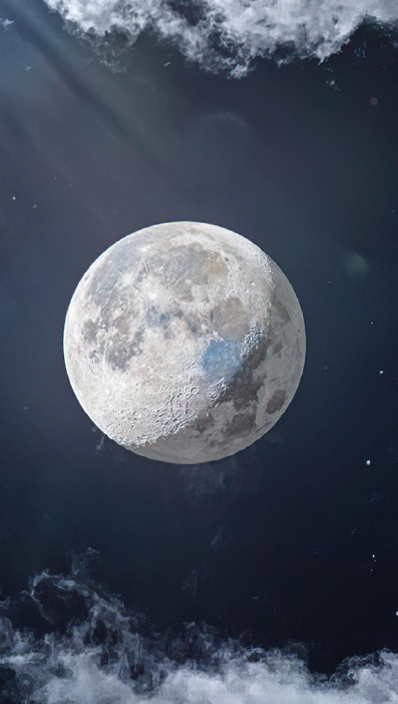 Fondos de pantalla La luna junto a nubes Vertical
