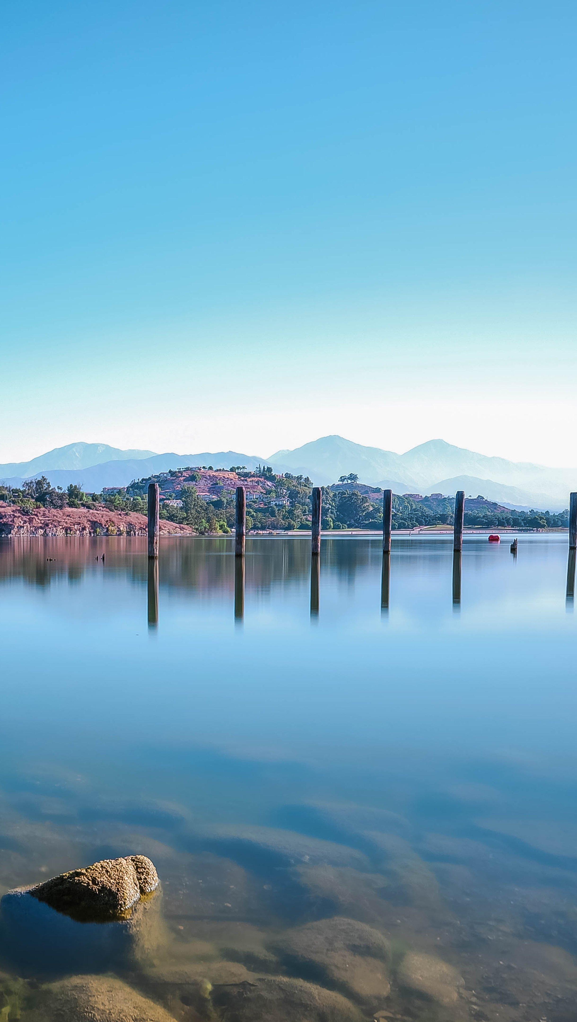 Fondos de pantalla Lago con montañas distantes Vertical