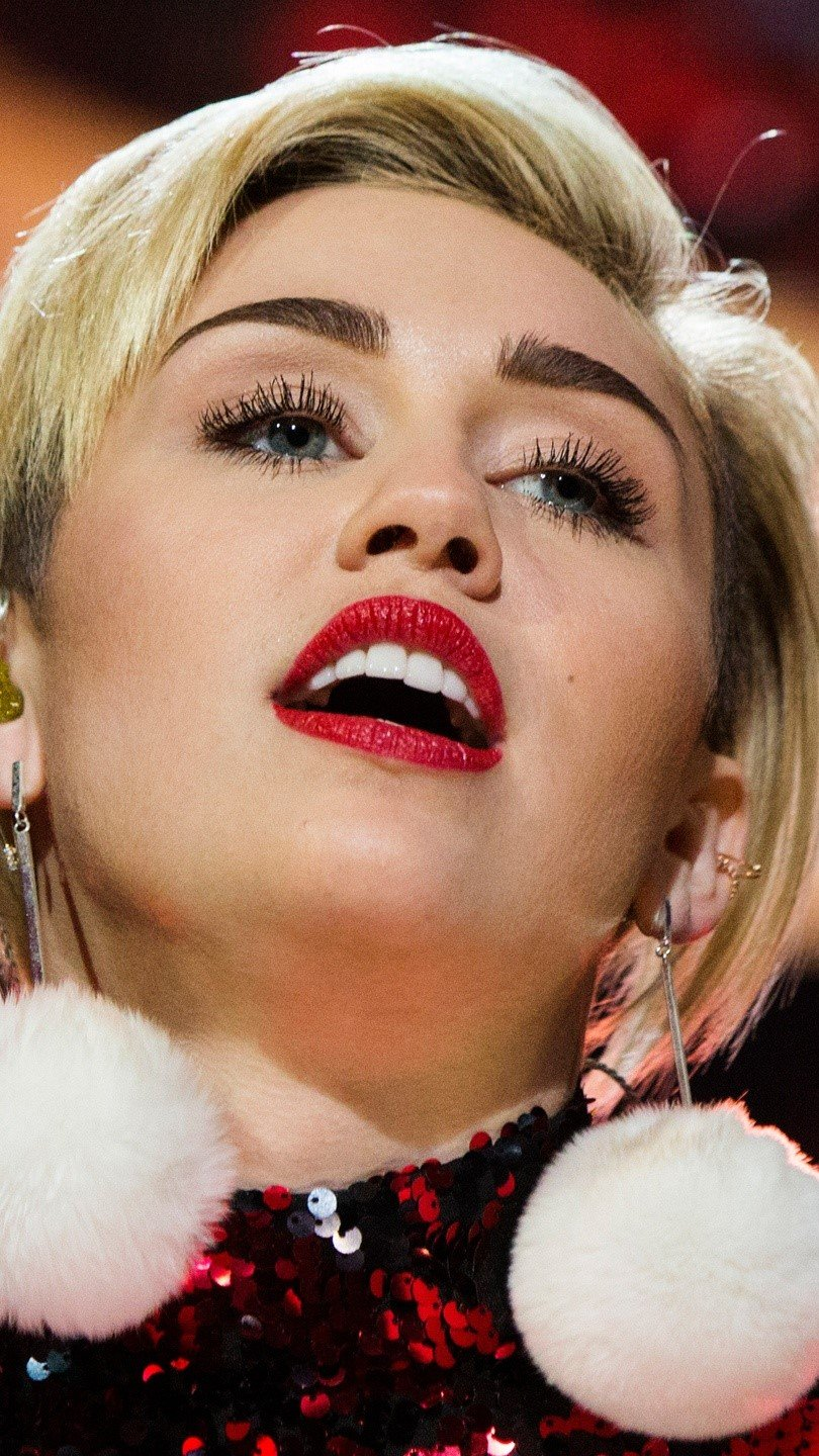 Wallpaper Miley Cyrus in a concert Vertical