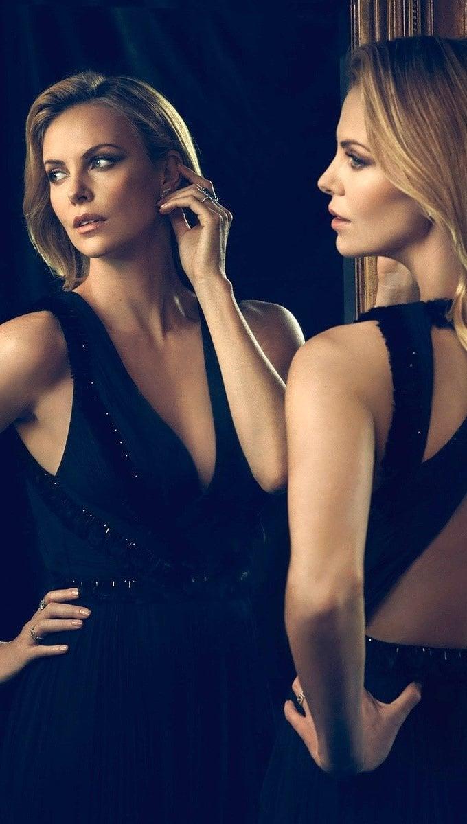Fondos de pantalla Modelo Charlize Theron en un espejo Vertical