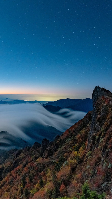 Fondos de pantalla Montaña entre niebla Vertical