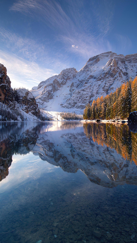 Fondos de pantalla Montañas al amanecer en lago Braies Vertical