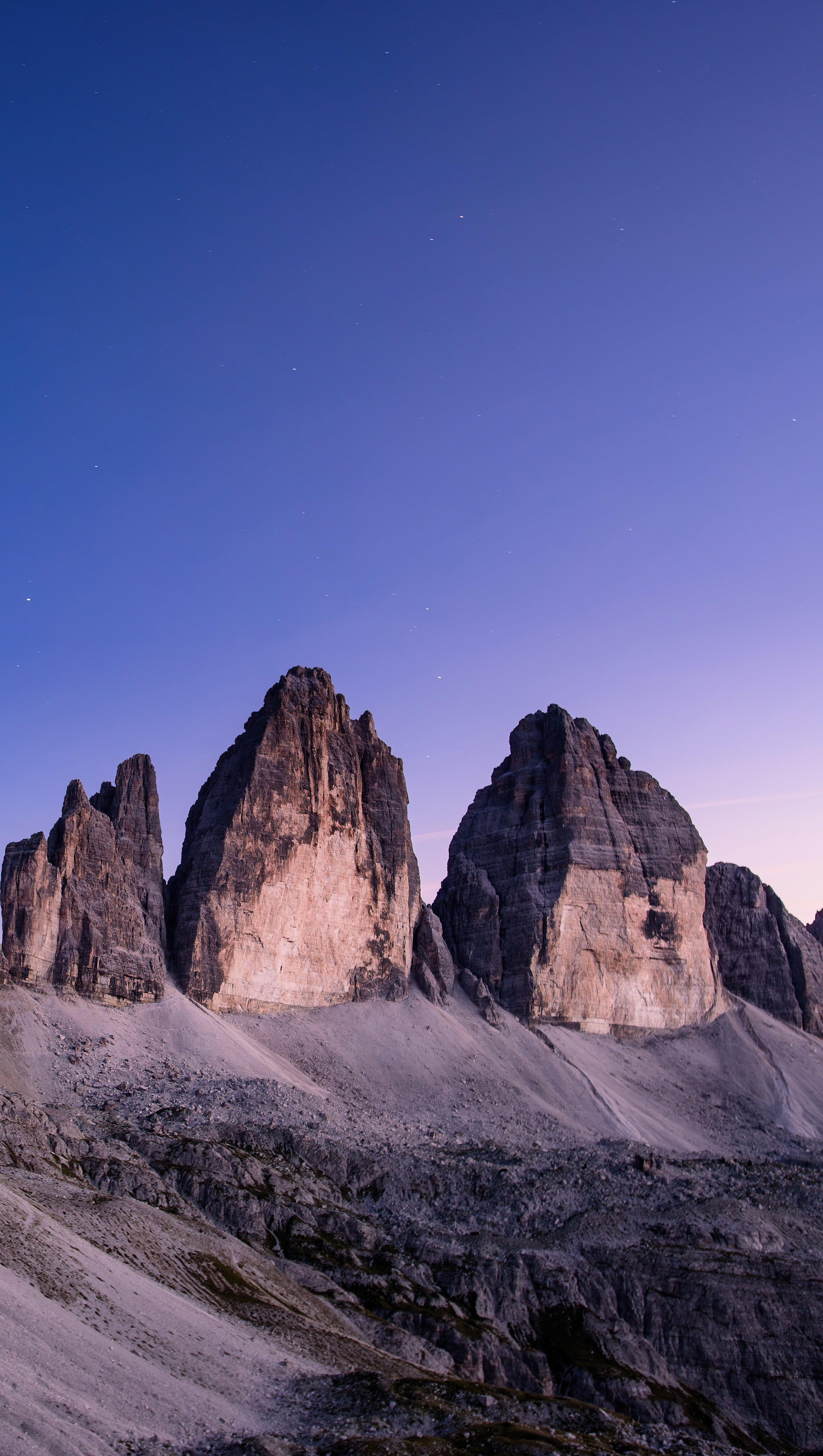 Fondos de pantalla Montañas bajo el cielo azul Vertical