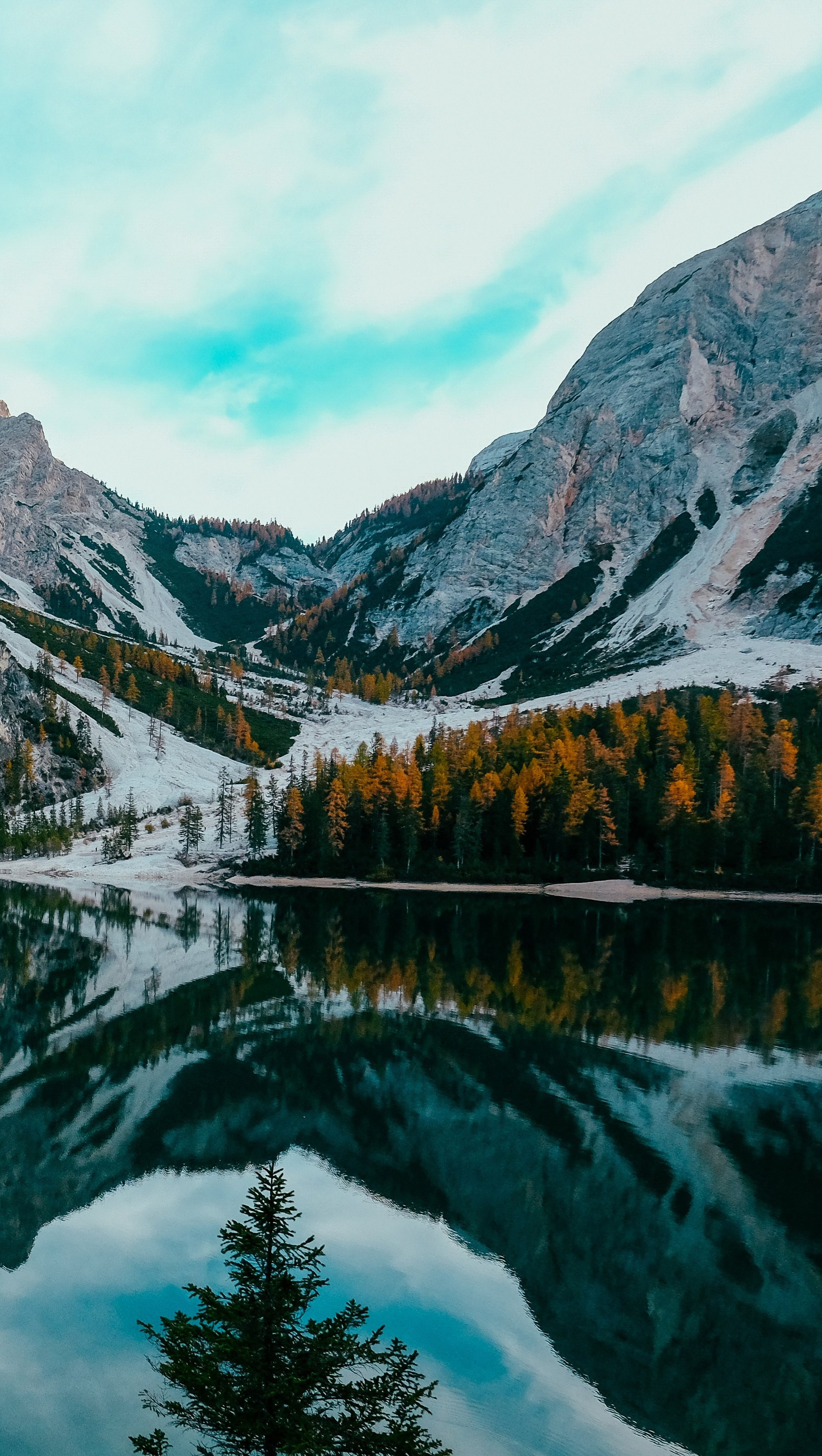 Wallpaper Montain reflected in lake Vertical
