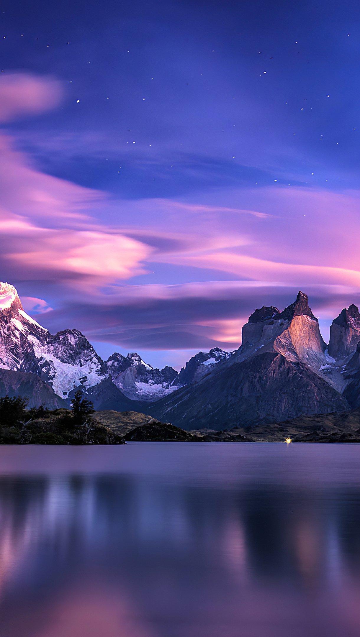Fondos de pantalla Montañas en lago al atardecer Vertical