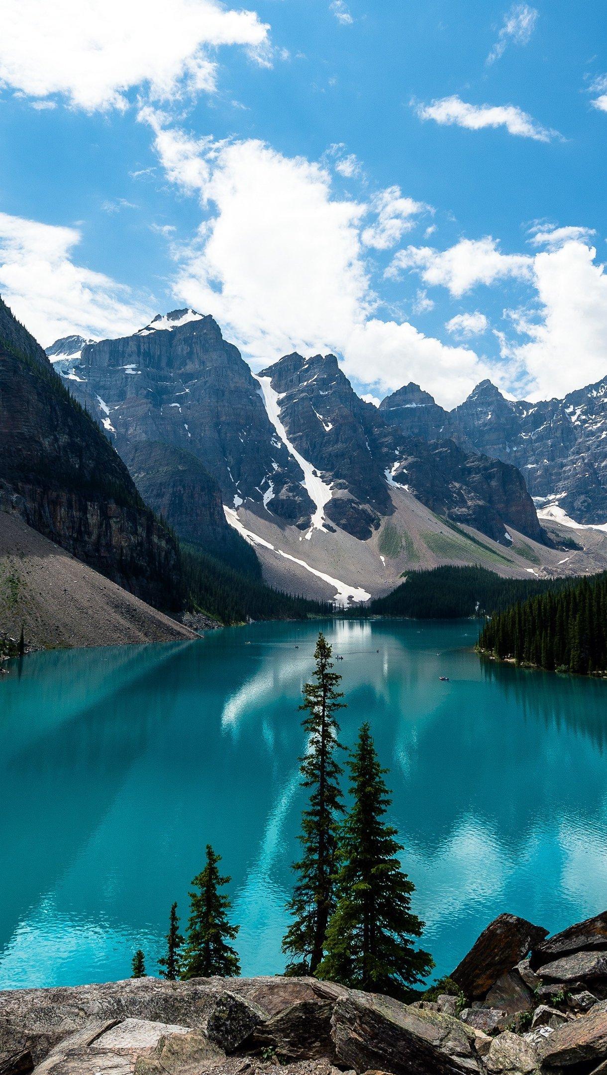 Fondos de pantalla Montañas en lago azul en bosque Vertical