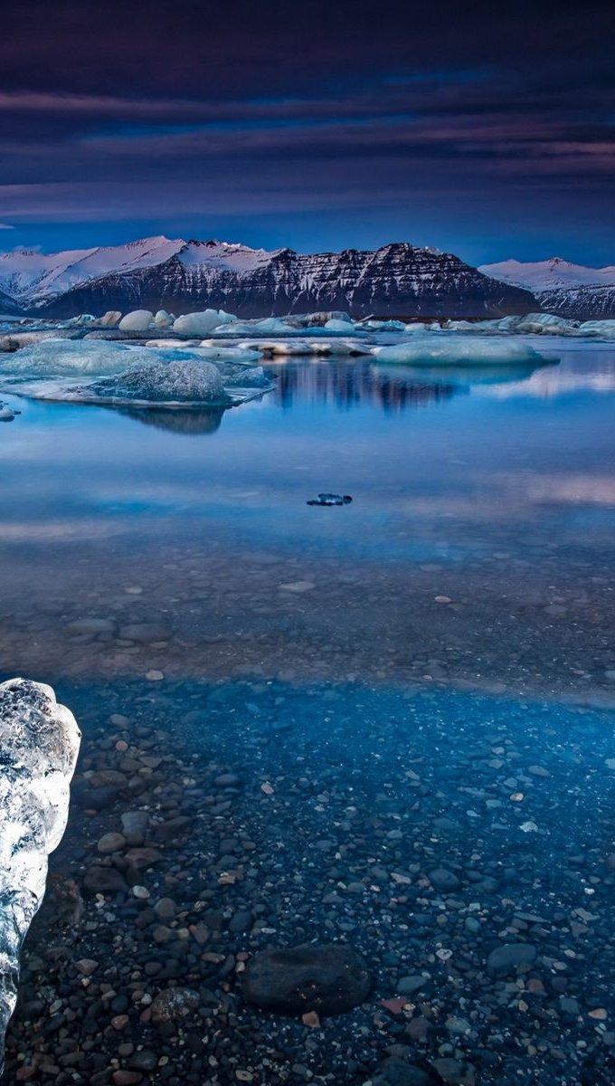 Fondos de pantalla Montañas en lago con hielo y nieve Vertical