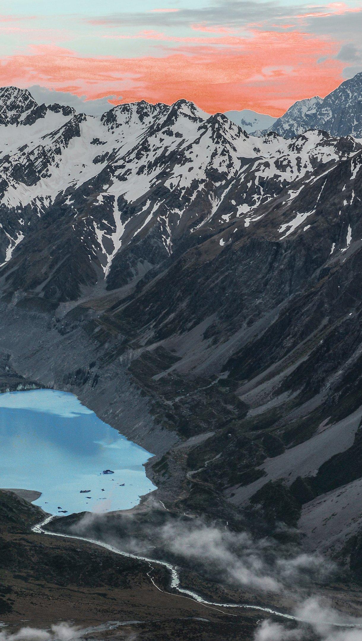 Fondos de pantalla Montañas junto a un lago al atardecer Vertical