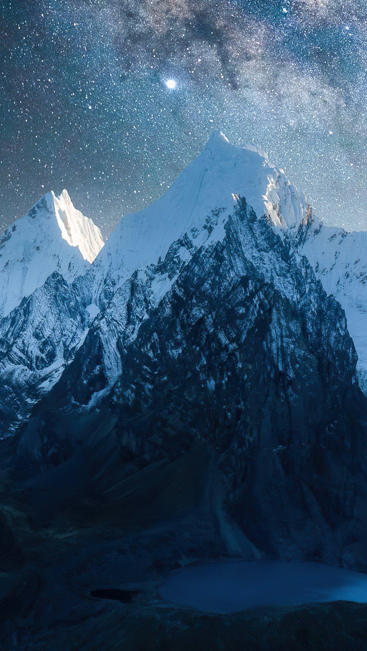 Fondos de pantalla Montañas llenas de nieve bajo las estrellas Vertical