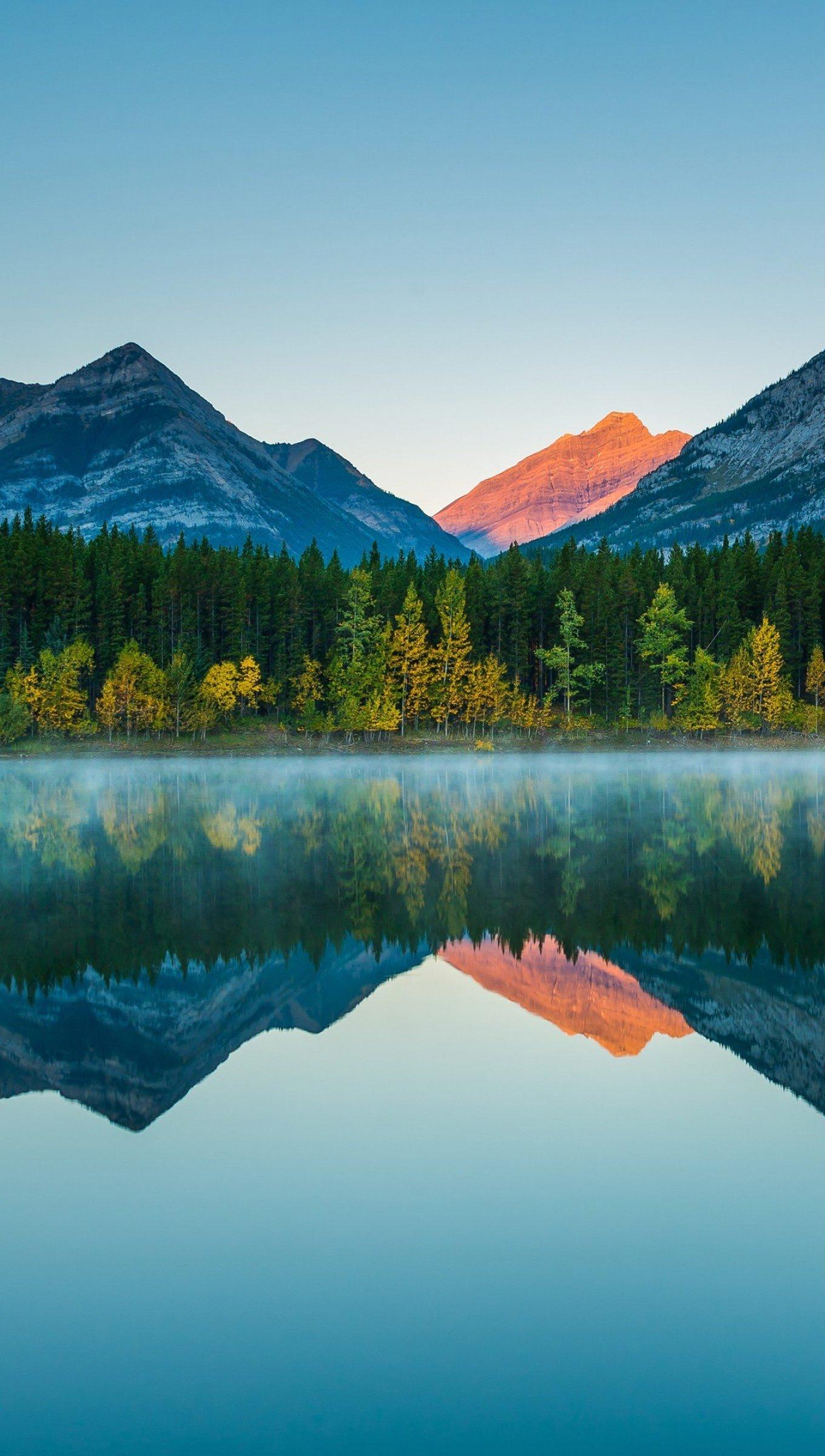 Fondos de pantalla Montañas reflejadas en lago al atardecer Vertical