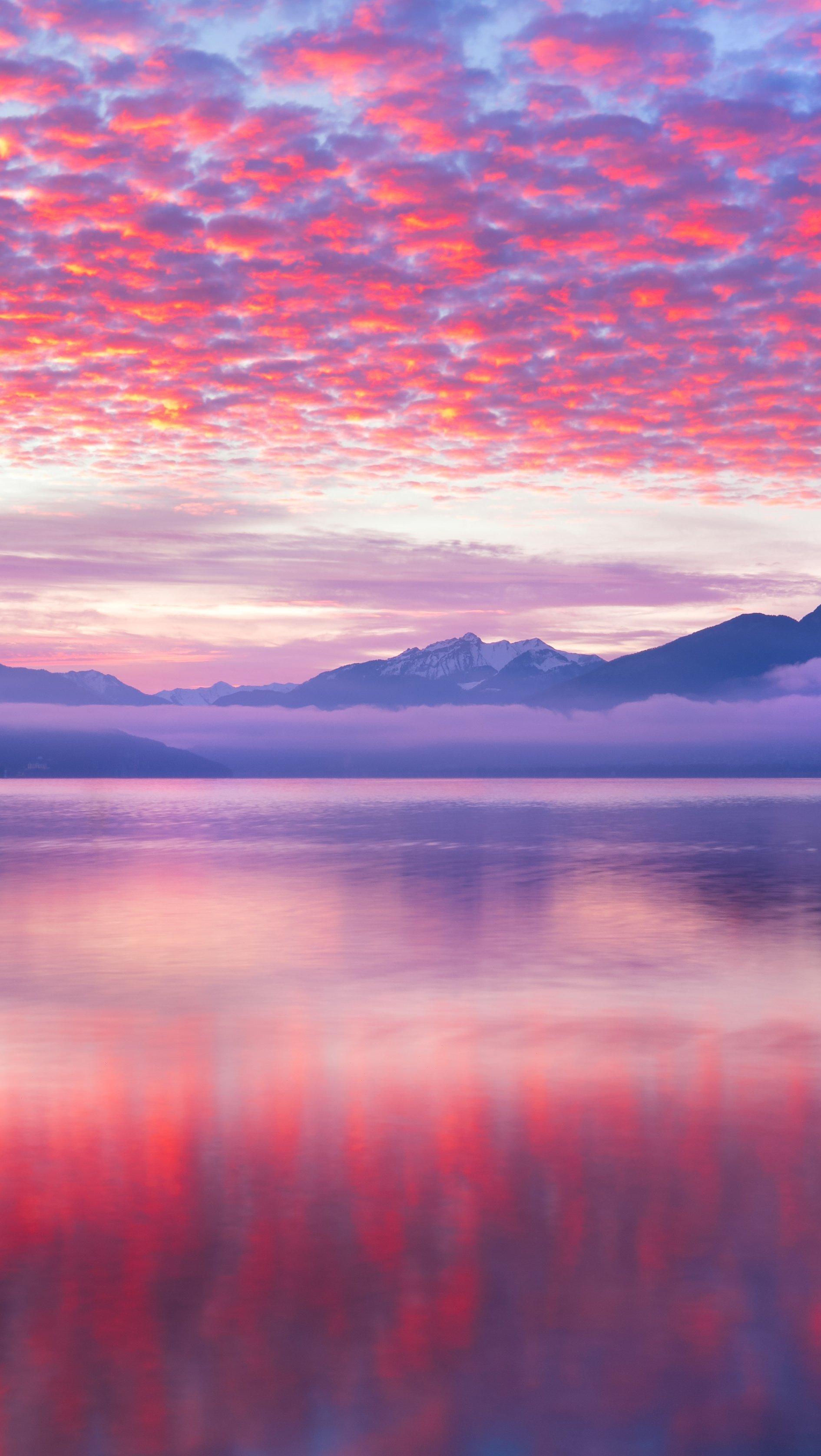 Fondos de pantalla Nubes rosas reflejadas en lago Vertical