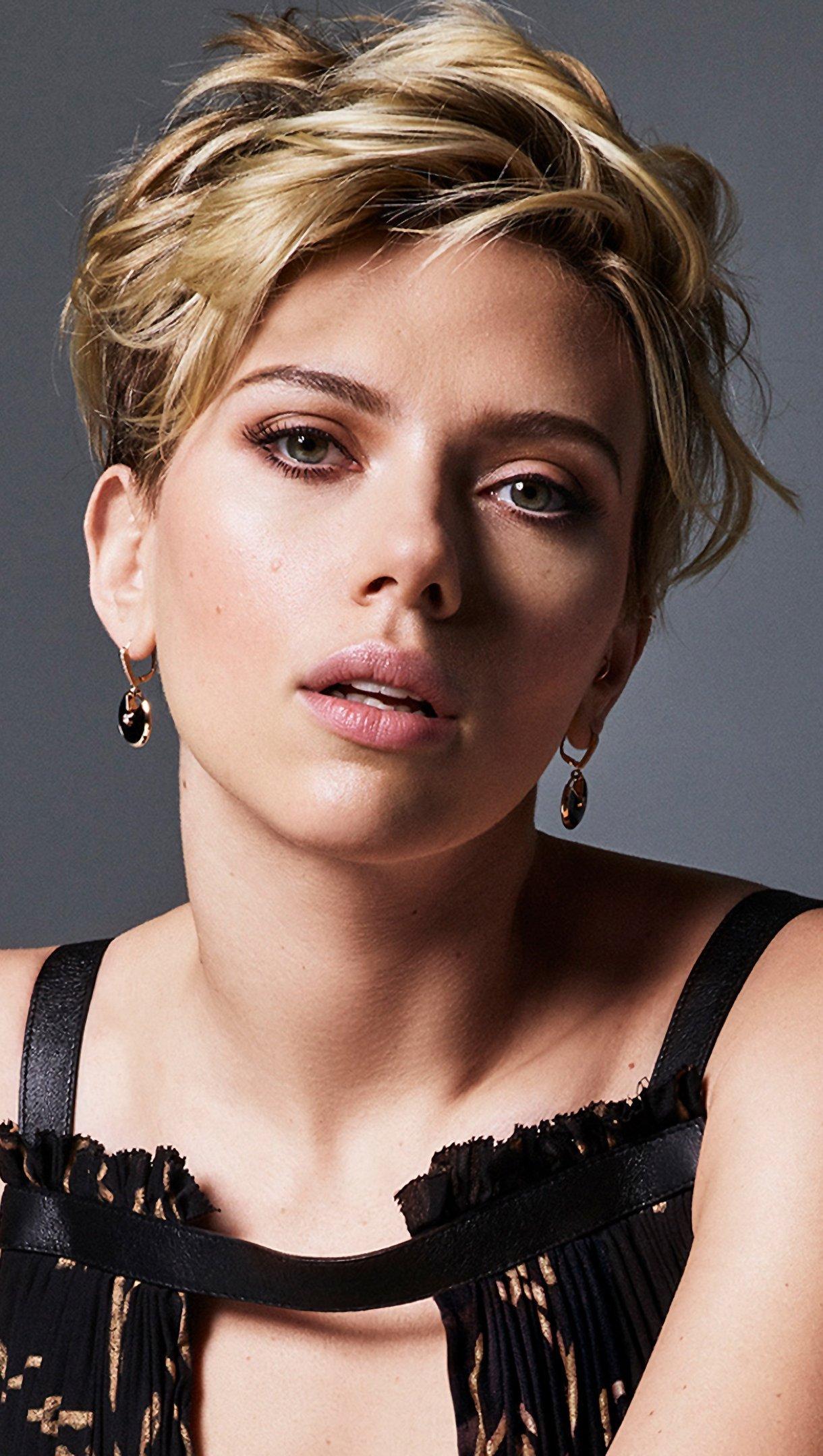 Fondos de pantalla Scarlett Johansson con cabello rubio y corto Vertical
