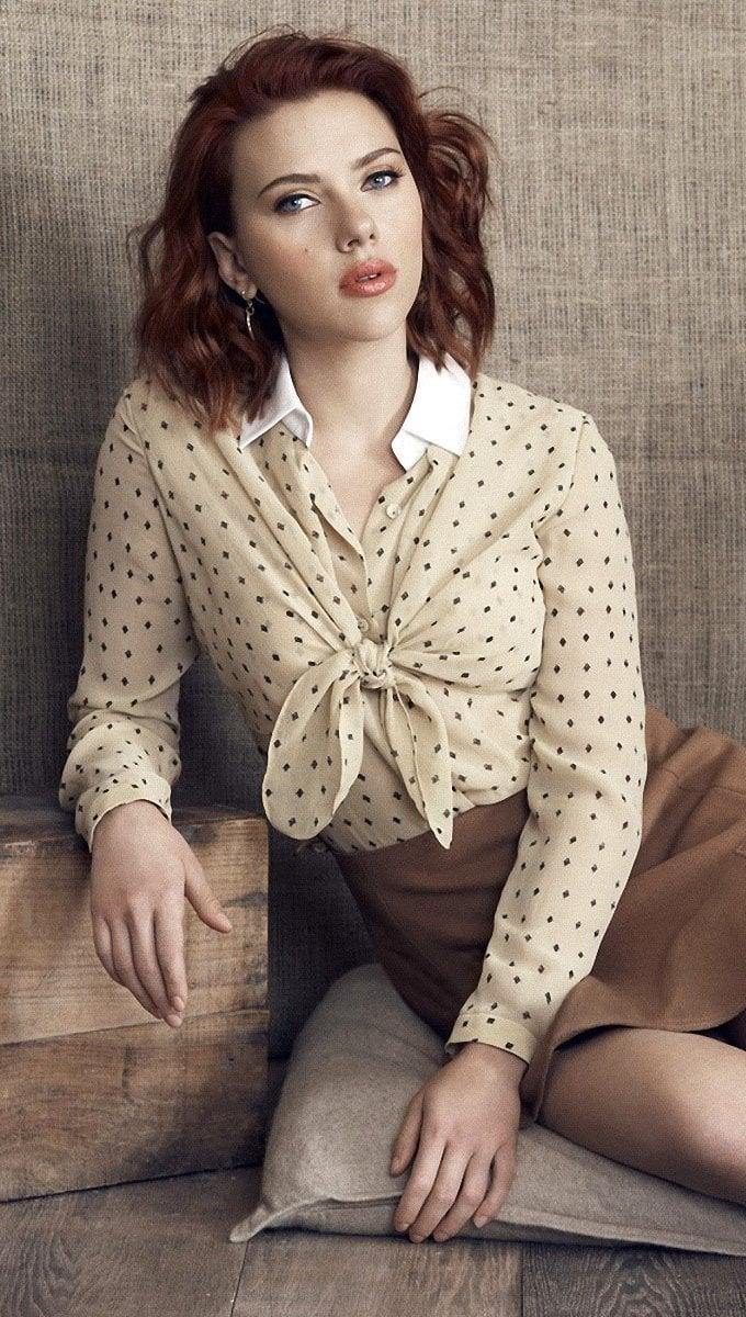 Wallpaper Scarlett Johansson on the floor Vertical