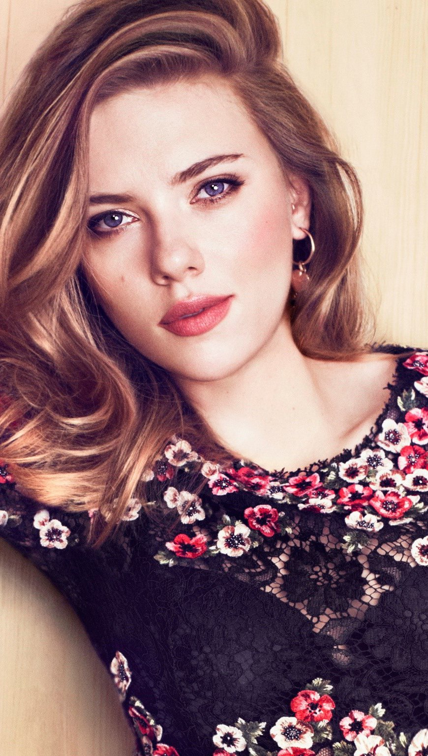 Wallpaper Scarlett Johansson wearing clothes with Roses Vertical