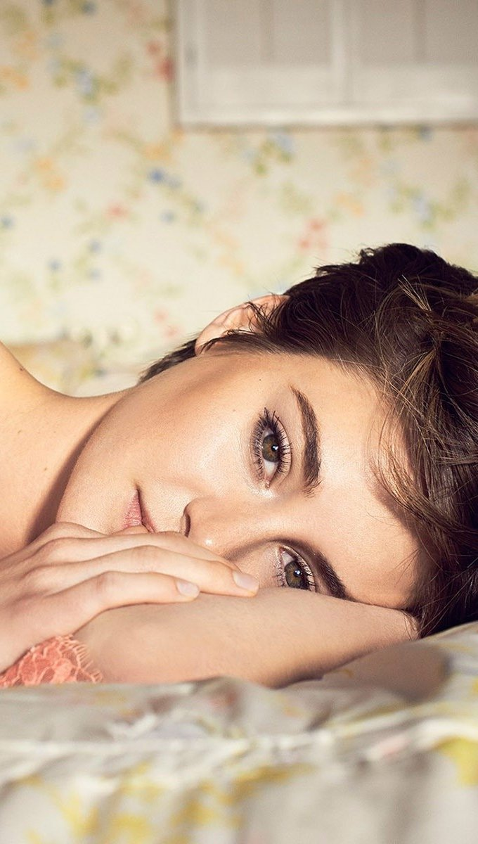 Wallpaper Shailene Woodley in a bed Vertical