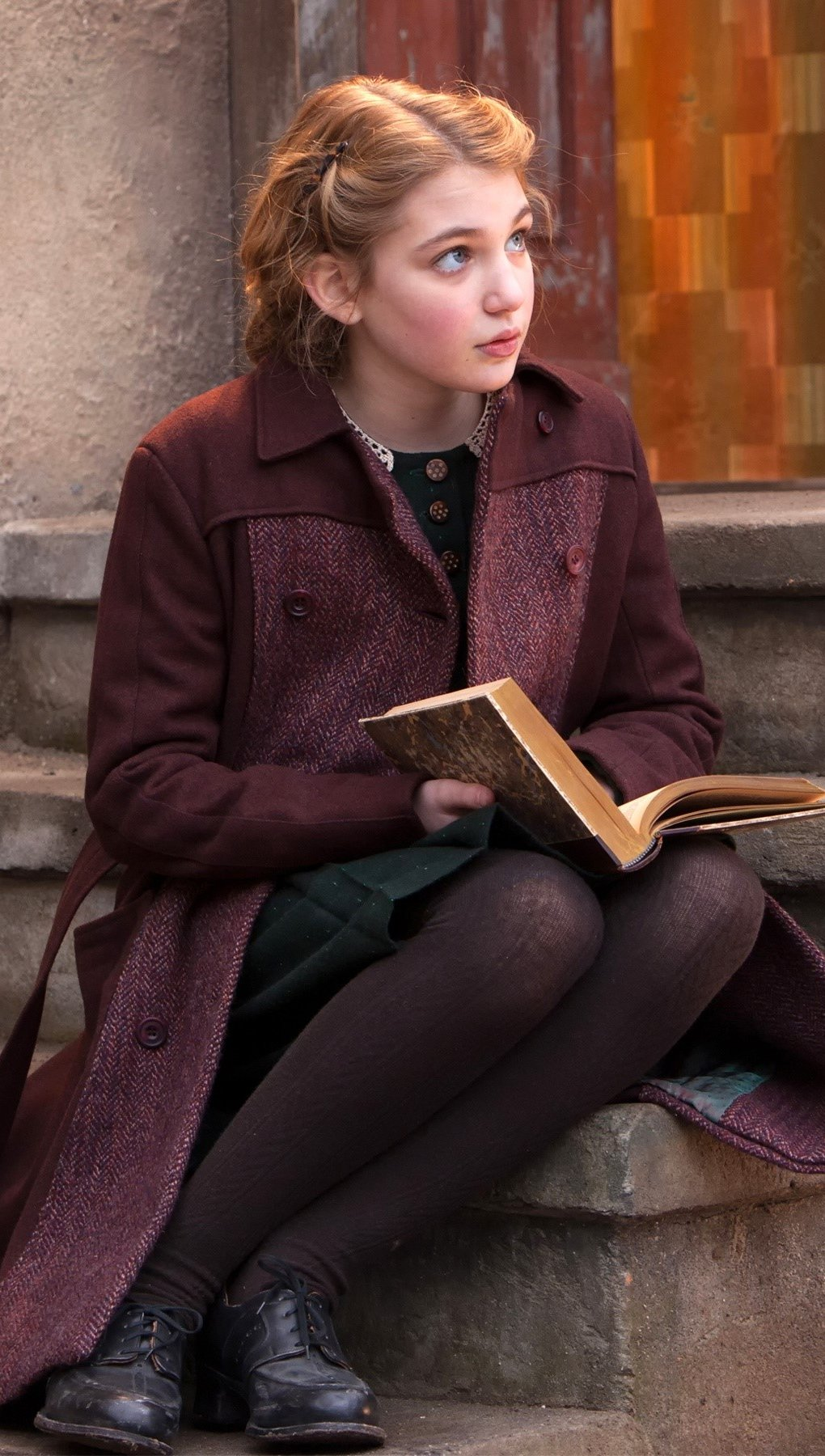 Wallpaper Sophie Nelisse in The Book Thief Vertical
